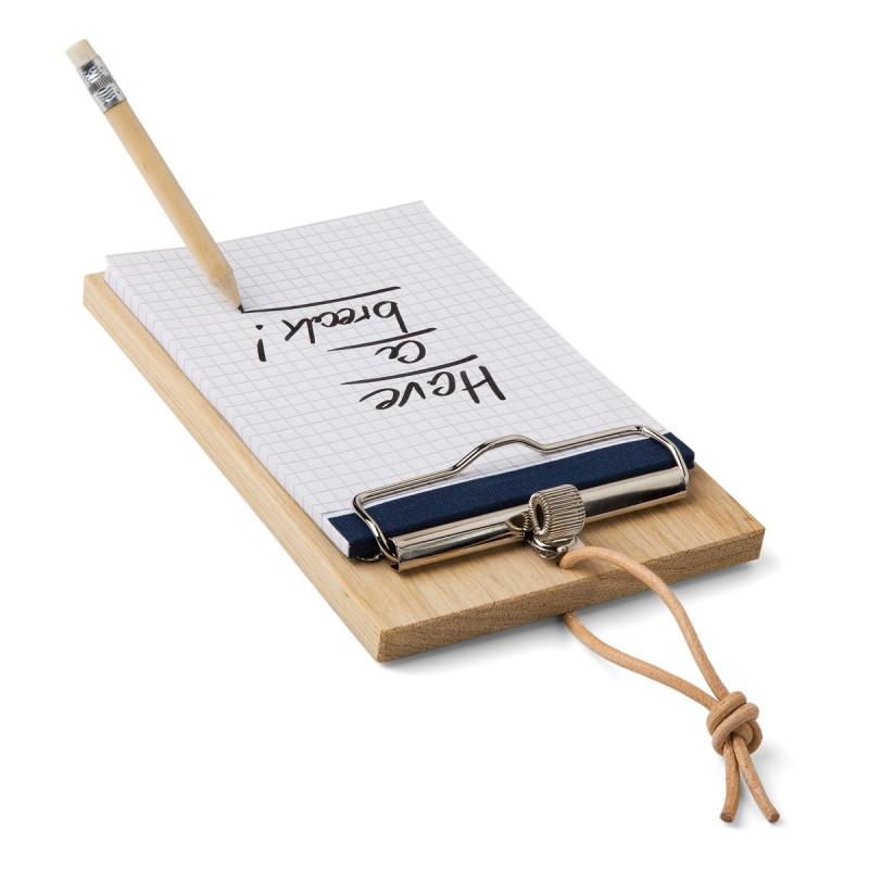 Blocker – Klemmbrett Eiche mit fliegendem Stift auf dem Tisch – corpus delicti design Hamburg – Wir machen Geschenke