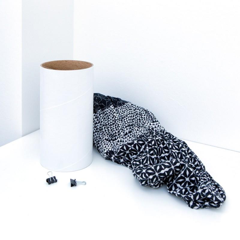 Loop - das flexible Schalregal Ersatzhülse weiß mit einem Schal auf einer Kommode – corpus delicti design Hamburg – Wir machen Geschenke
