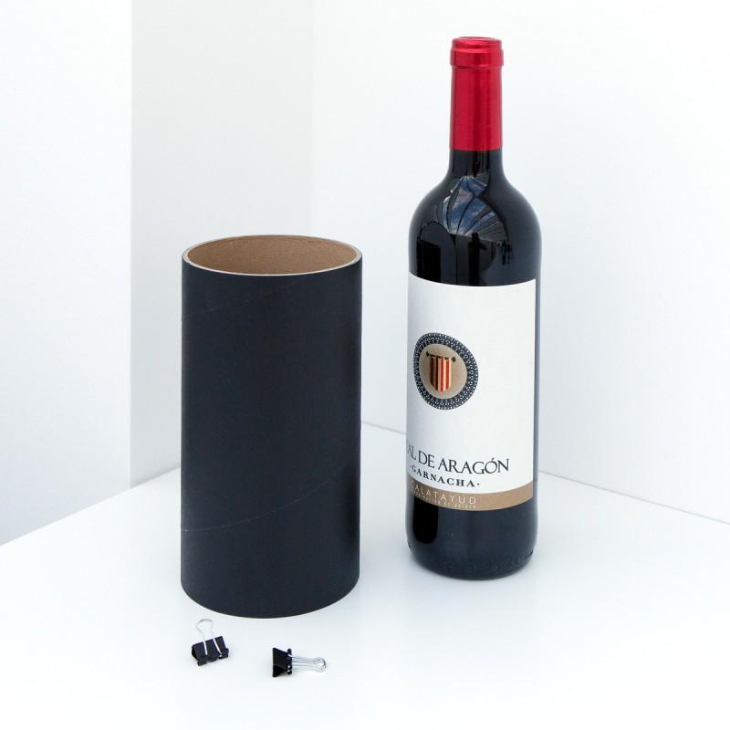 Einzelhülse schwarz  mit zwei Klammern zur Erweiterung des Weinheim Flaschenregals mit einer Flasche Wein – corpus delicti design Hamburg – Wir machen Geschenke