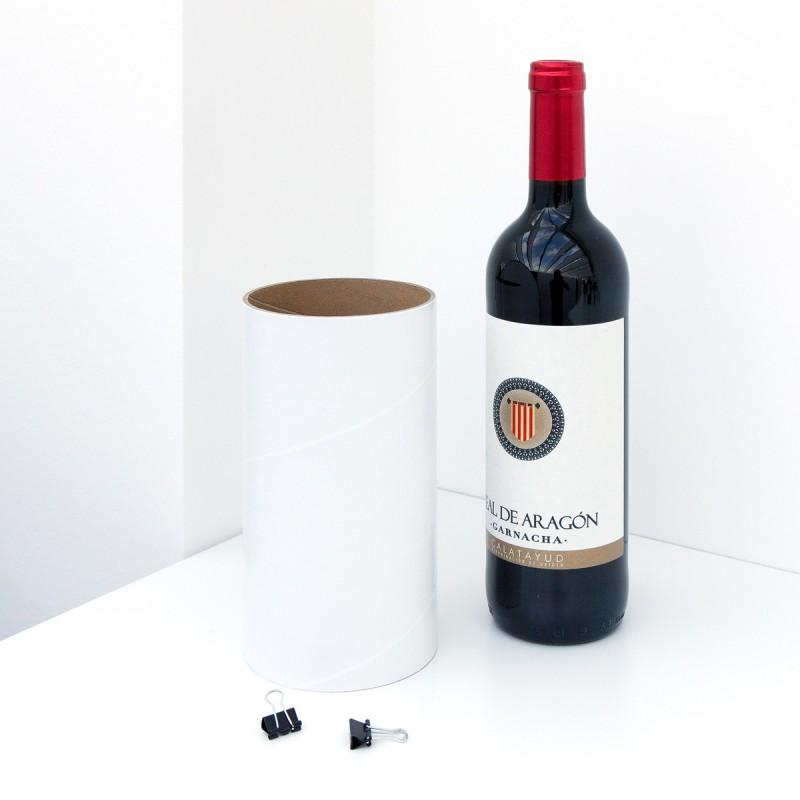 Einzelhülse weiss  mit zwei Klammern zur Erweiterung des Weinheim Flaschenregals mit einer Flasche Wein – corpus delicti design Hamburg – Wir machen Geschenke