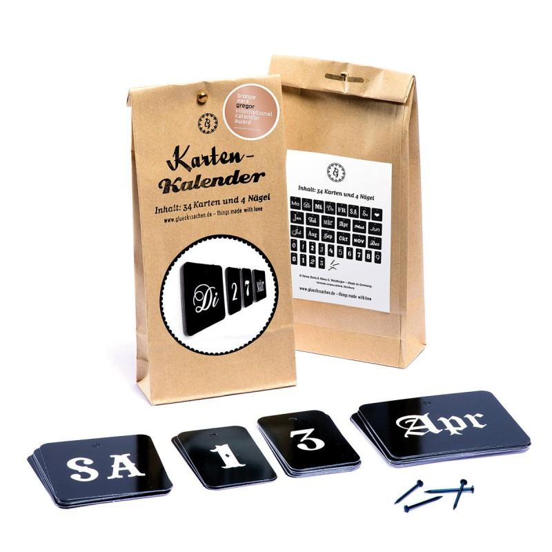 Karten-Kalender – Verpackung Vorderseite und Rückseite mit Karten und Nägel auf dem Tisch – corpus delicti design Hamburg – Wir machen Geschenke