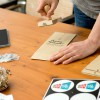Karten-Kalender – Einblick in die Produktion per Hand – das Stempeln der Verpackung – corpus delicti design Hamburg – Wir machen Geschenke