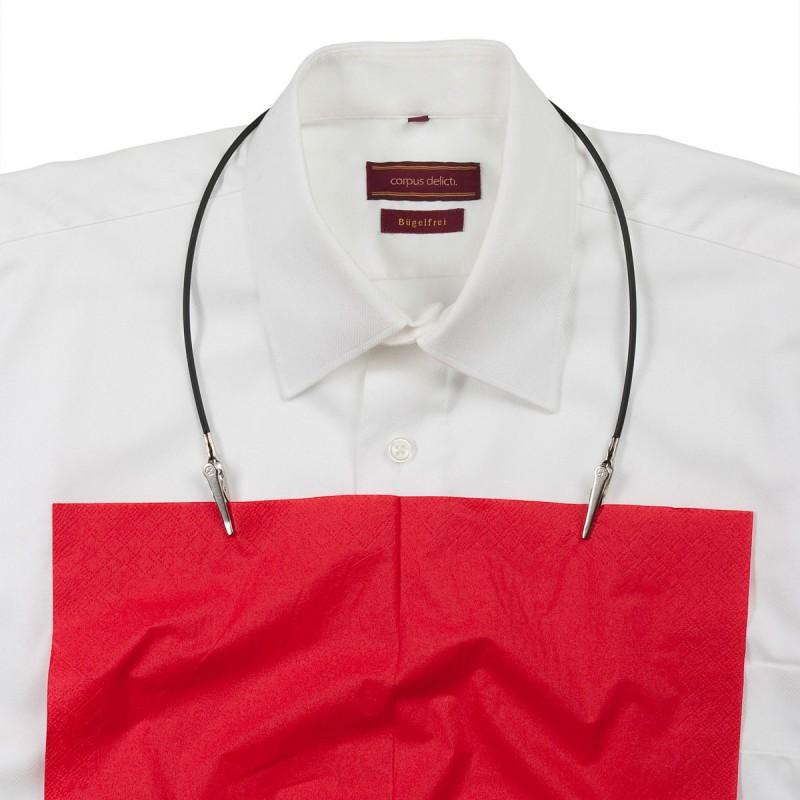 Serviettenhalter Klecker-Matz mit Längeneinstellung per Gummiring  weissem Hemd mit roter Serviette – corpus delicti design Hamburg – Wir machen Geschenke