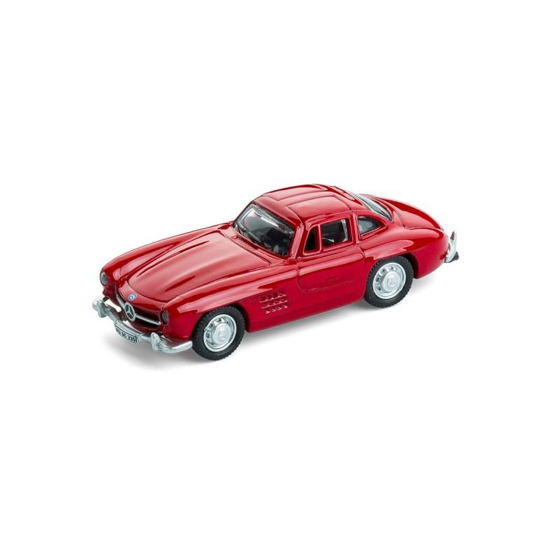 Magnet Mercedes Benz MB 300 SL auf dem Tisch Ansicht schräg von vorn – corpus delicti design Hamburg – Wir machen Geschenke