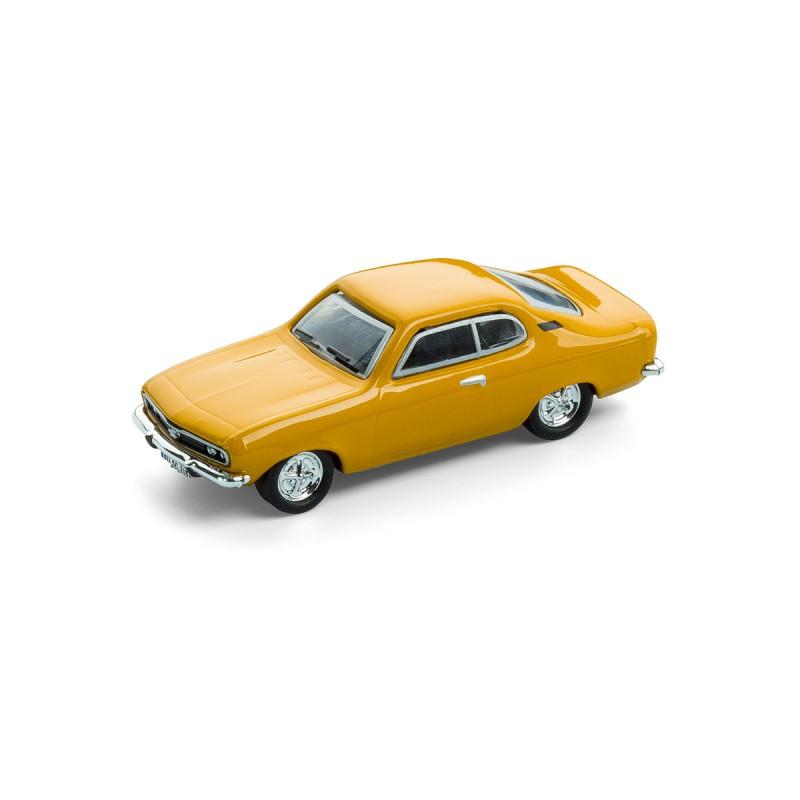Magnet Opel Manta A auf dem Tisch Ansicht schräg von vorn – corpus delicti design Hamburg – Wir machen Geschenke