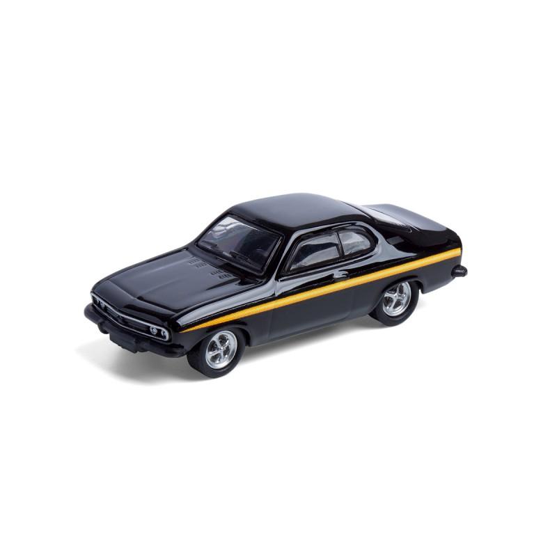 Magnet Opel Manta A Black Magic auf dem Tisch Ansicht schräg von vorn – corpus delicti design Hamburg – Wir machen Geschenke