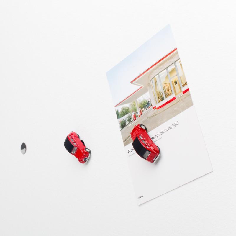 Mini-Pinnwand Citroën 2CV - Ente - Döschwo rot an der Wand mit selbstklebender Haftscheibe und Postkarte