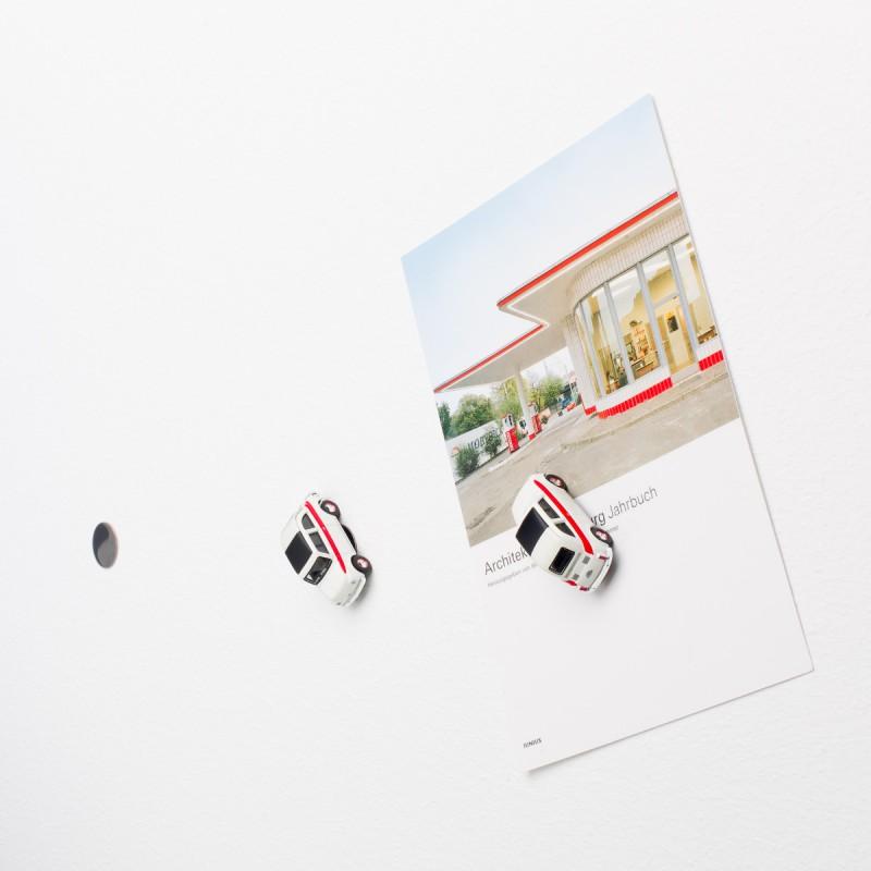 Mini-Pinnwand Fiat 500 Sport an der Wand mit selbstklebender Haftscheibe und Postkarte