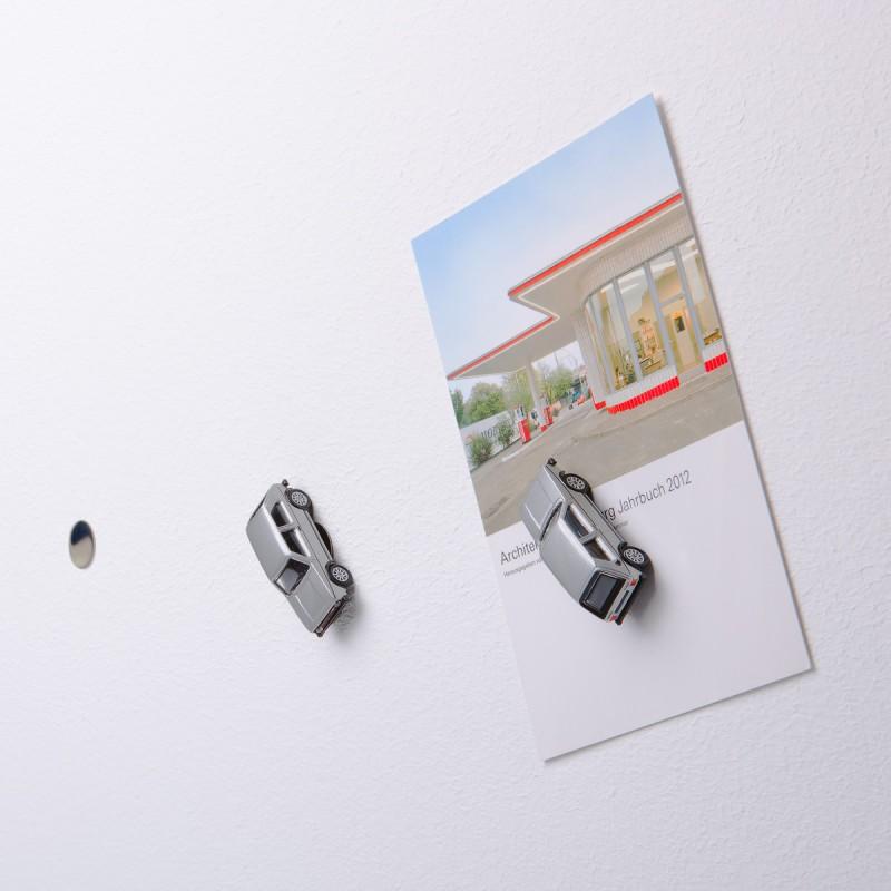 Mini-Pinnwand VW Volkswagen Golf GTI I silber an der Wand mit selbstklebender Haftscheibe und Postkarte