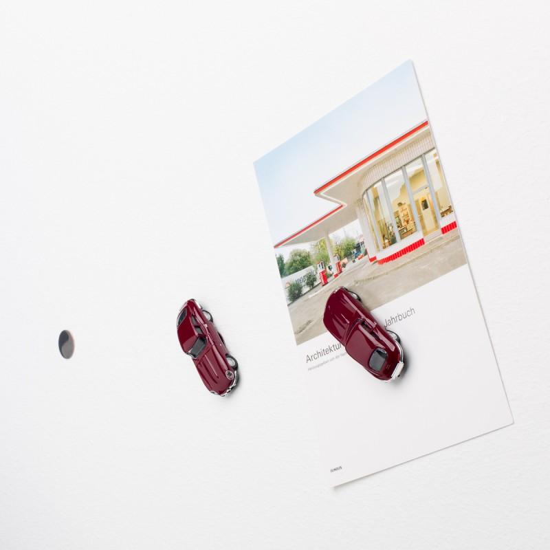 Mini-Pinnwand Jaguar E-Type an der Wand mit selbstklebender Haftscheibe und Postkarte