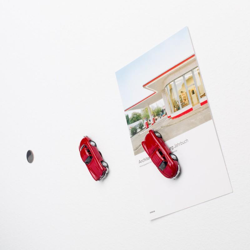Mini-Pinnwand Mercedes Benz MB 300 SL an der Wand mit selbstklebender Haftscheibe und Postkarte