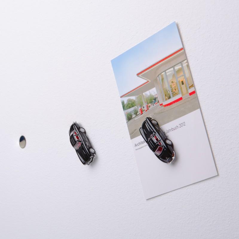 Mini-Pinnwand Mercedes Benz MB 300 SL schwarz an der Wand mit selbstklebender Haftscheibe und Postkarte