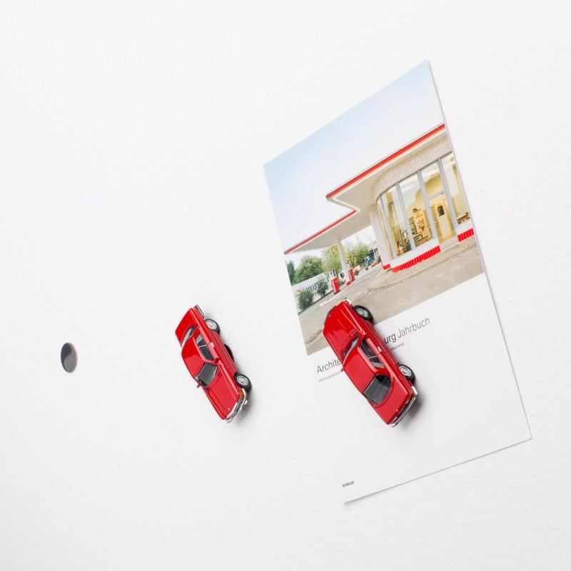Mini-Pinnwand Mercedes Benz MB 450 SLC an der Wand mit selbstklebender Haftscheibe und Postkarte