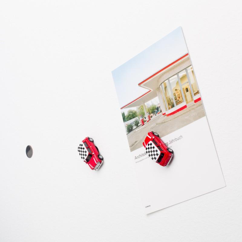 Mini-Pinnwand Mini Cooper Checker an der Wand mit selbstklebender Haftscheibe und Postkarte