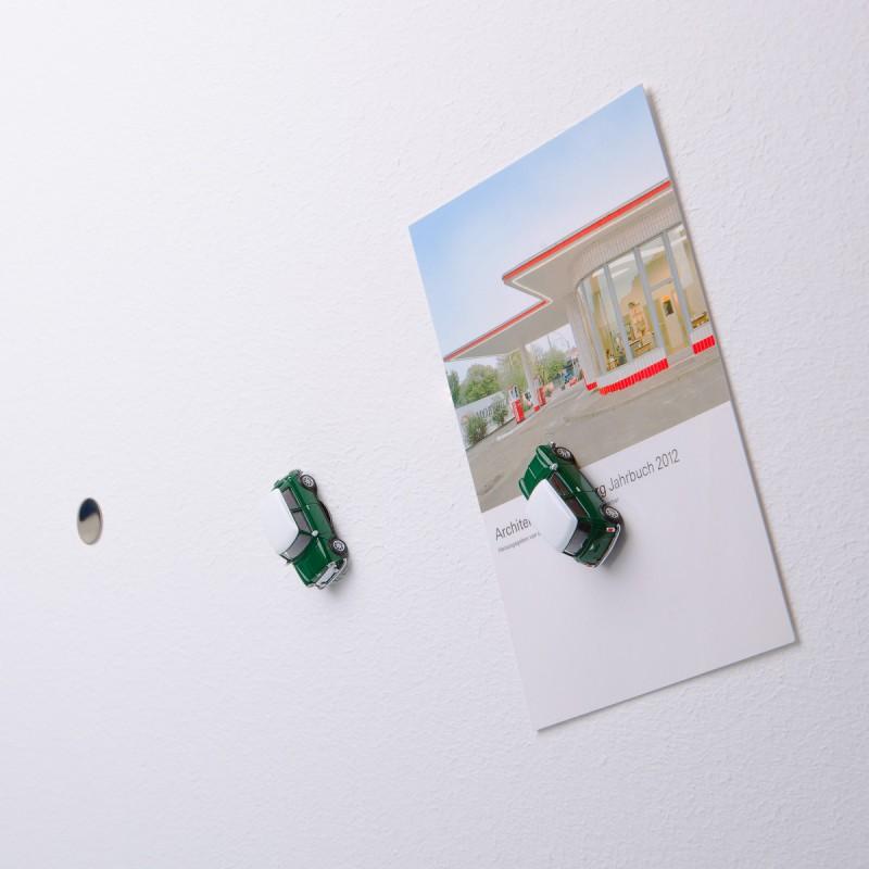 Mini-Pinnwand Mini Cooper British Racing Green an der Wand mit selbstklebender Haftscheibe und Postkarte