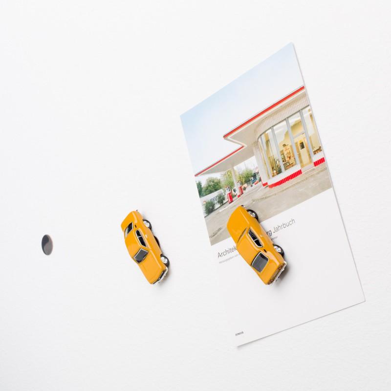 Mini-Pinnwand Opel Manta A an der Wand mit selbstklebender Haftscheibe und Postkarte