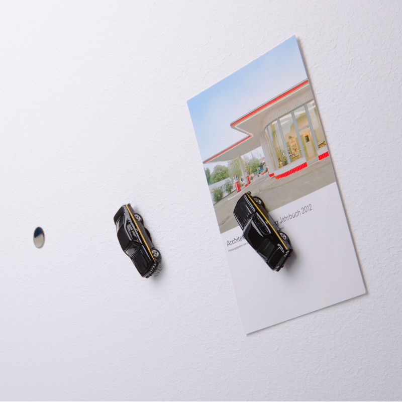 Mini-Pinnwand Opel Manta A Black Magic an der Wand mit selbstklebender Haftscheibe und Postkarte
