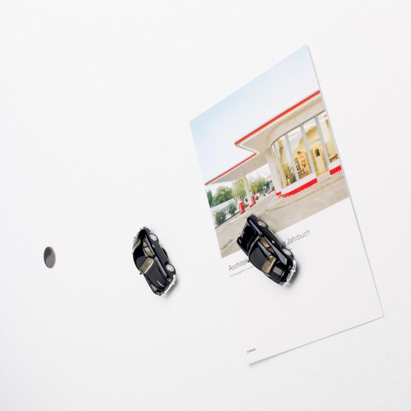 Mini-Pinnwand Porsche 356 A an der Wand mit selbstklebender Haftscheibe und Postkarte