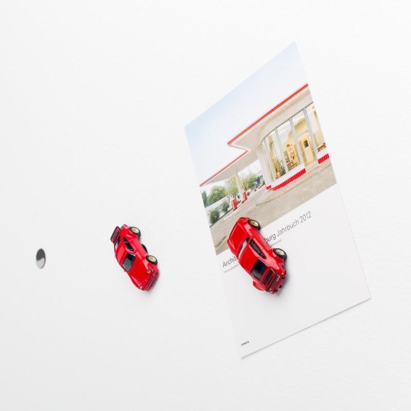 Mini-Pinnwand Porsche 934 RSR an der Wand mit selbstklebender Haftscheibe und Postkarte