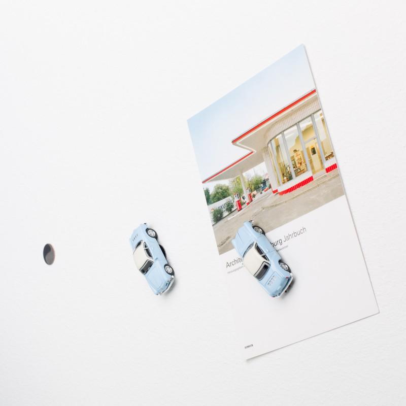 Mini-Pinnwand VW Volkswagen Karmann Ghia an der Wand mit selbstklebender Haftscheibe und Postkarte