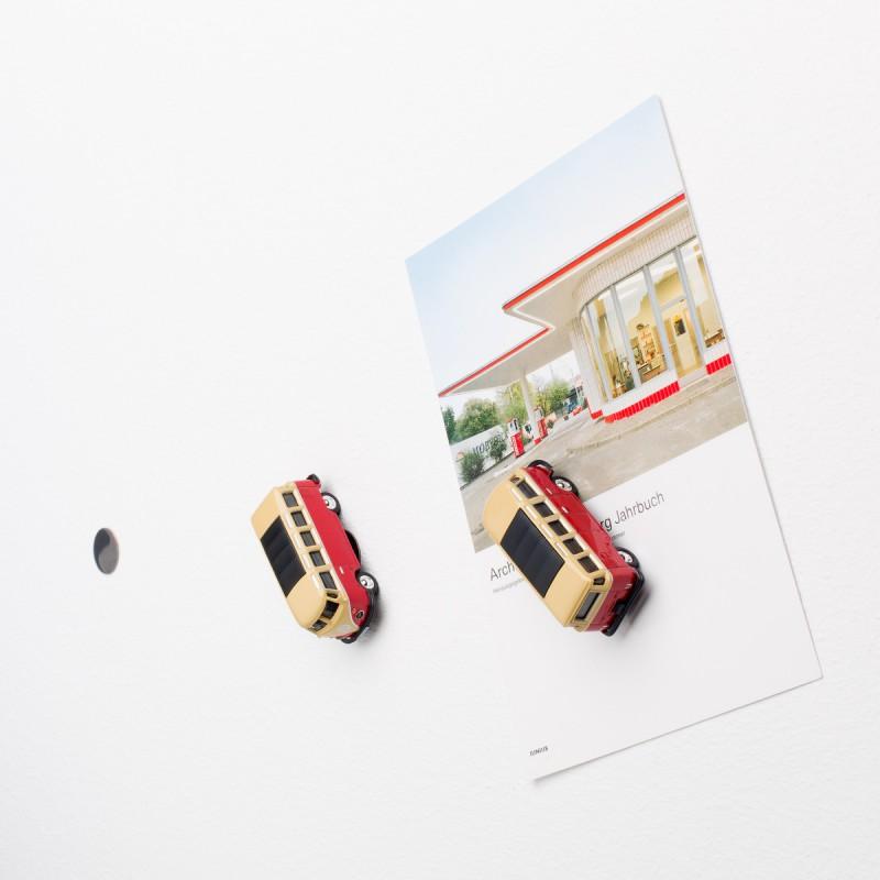 Mini-Pinnwand Volkswagen VW Bus Samba T1 Bulli rot an der Wand mit selbstklebender Haftscheibe und Postkarte