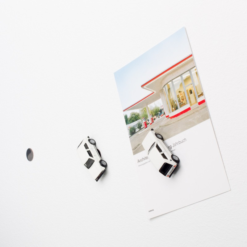 Mini-Pinnwand VW Volkswagen Golf GTI I an der Wand mit selbstklebender Haftscheibe und Postkarte