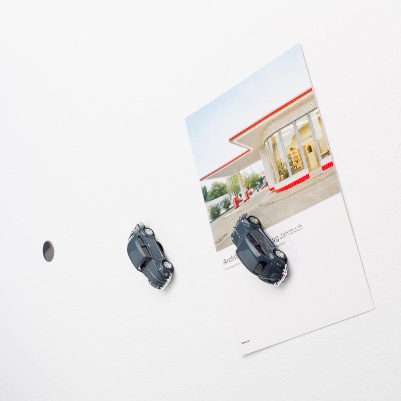 Mini-Pinnwand VW Volkswagen Käfer grau an der Wand mit selbstklebender Haftscheibe und Postkarte
