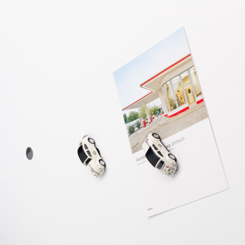 Mini-Pinnwand VW Volkswagen Käfer Rallye an der Wand mit selbstklebender Haftscheibe und Postkarte