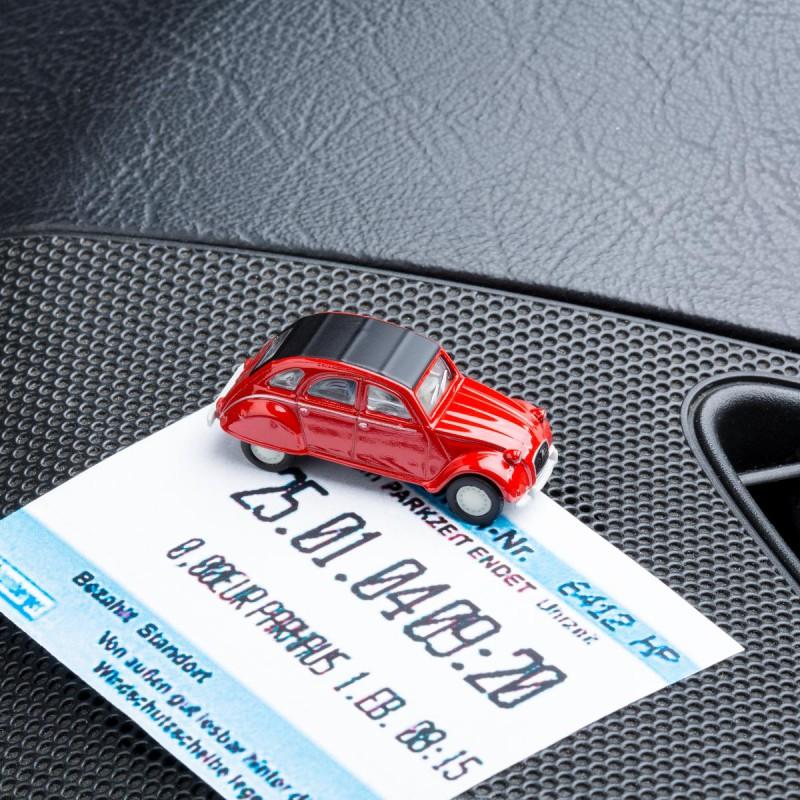 Magnetischer Parkscheinhalter Citroën 2CV - Ente - Döschwo rot mit Parkschein auf dem Armaturenbrett – corpus delicti design Hamburg – Wir machen Geschenke