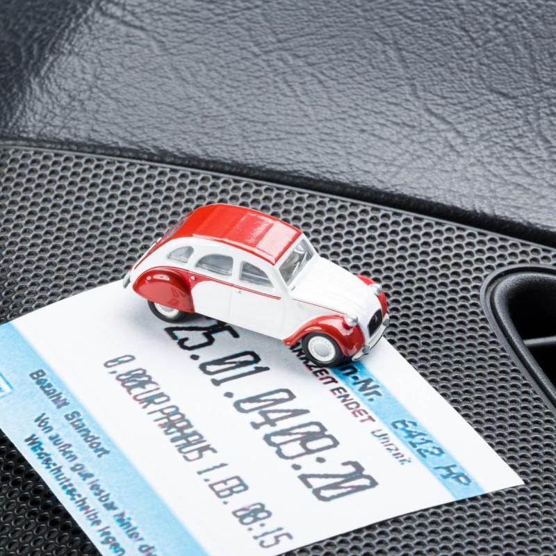 Magnetischer Parkscheinhalter Citroën 2CV Dolly - Ente - Döschwo mit Parkschein auf dem Armaturenbrettm – corpus delicti design Hamburg – Wir machen Geschenke rot mit einem Parkschein auf