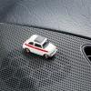 Magnetischer Parkscheinhalter Fiat 500 Sport auf einem Armaturenbrett – corpus delicti design Hamburg – Wir machen Geschenke