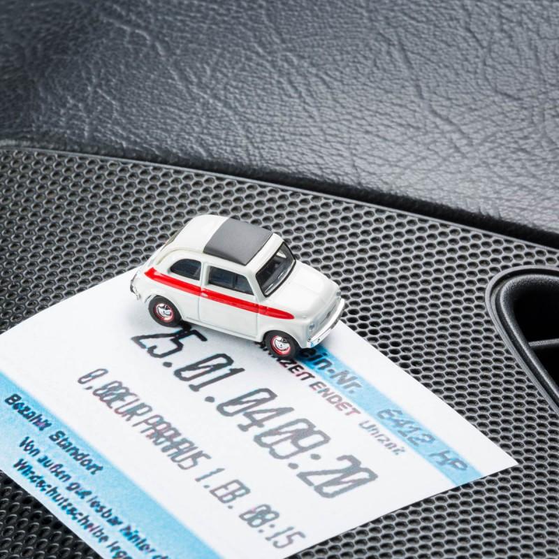 Magnetischer Parkscheinhalter Fiat 500 Sport mit einem Parkschein auf einem Armaturenbrett – corpus delicti design Hamburg – Wir machen Geschenke