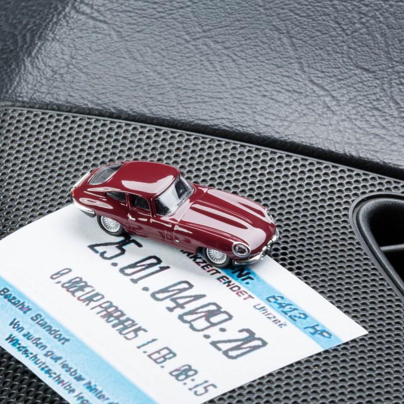Magnetischer Parkscheinhalter Jaguar E-Type mit einem Parkschein auf einem Armaturenbrett – corpus delicti design Hamburg – Wir machen Geschenke