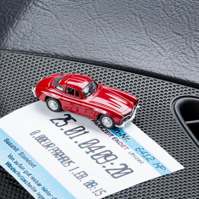 Magnetischer Parkscheinhalter Mercedes Benz MB 300 SL mit einem Parkschein auf einem Armaturenbrett – corpus delicti design Hamburg – Wir machen Geschenke