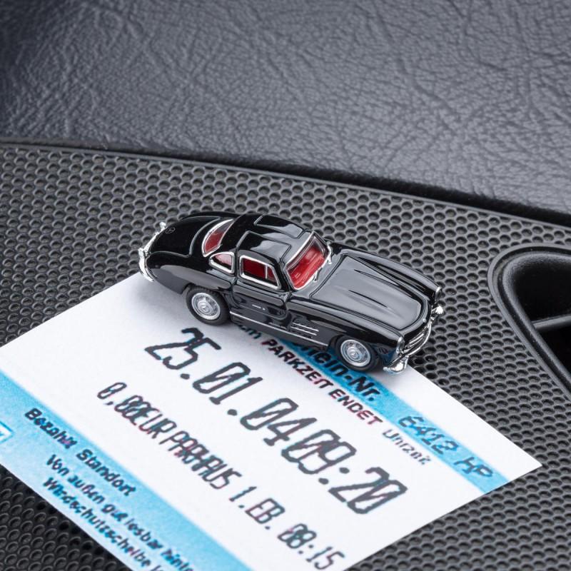 Magnetischer Parkscheinhalter Mercedes Benz MB 300 SL schwarz mit einem Parkschein auf einem Armaturenbrett – corpus delicti design Hamburg – Wir machen Geschenke