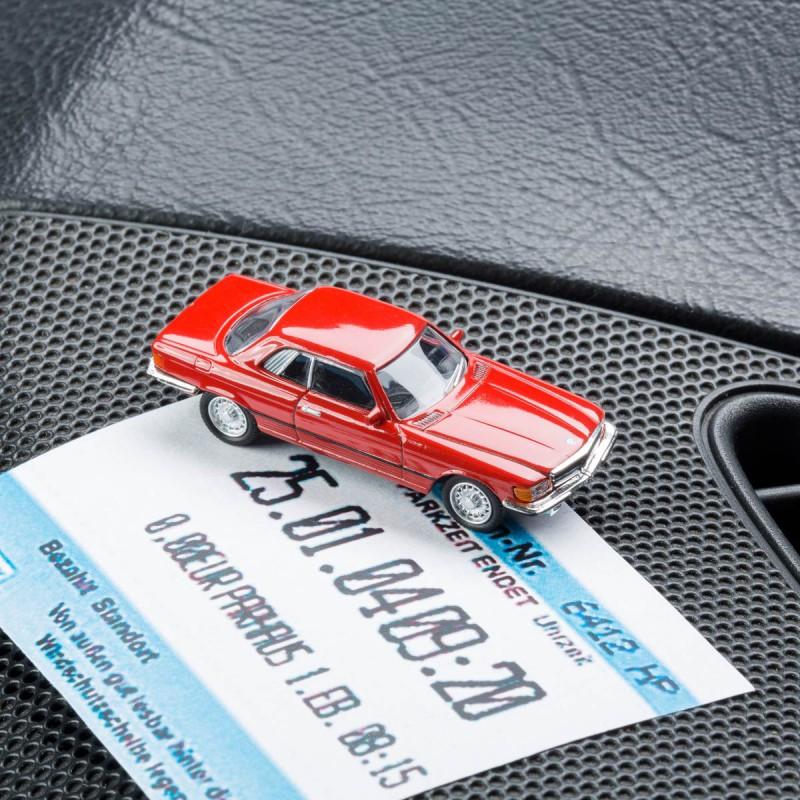 Magnetischer Parkscheinhalter Mercedes Benz MB 450 SLC mit einem Pakschein auf einem Armaturenbrett – corpus delicti design Hamburg – Wir machen Geschenke