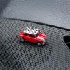 Magnetischer Parkscheinhalter Mini Cooper Checker rot auf einem Armaturenbrett – corpus delicti design Hamburg – Wir machen Geschenke