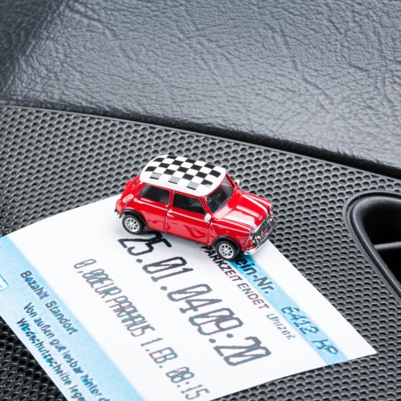 Magnetischer Parkscheinhalter Mini Cooper Checker rot mit einem Parkschein auf einem Armaturenbrett – corpus delicti design Hamburg – Wir machen Geschenke