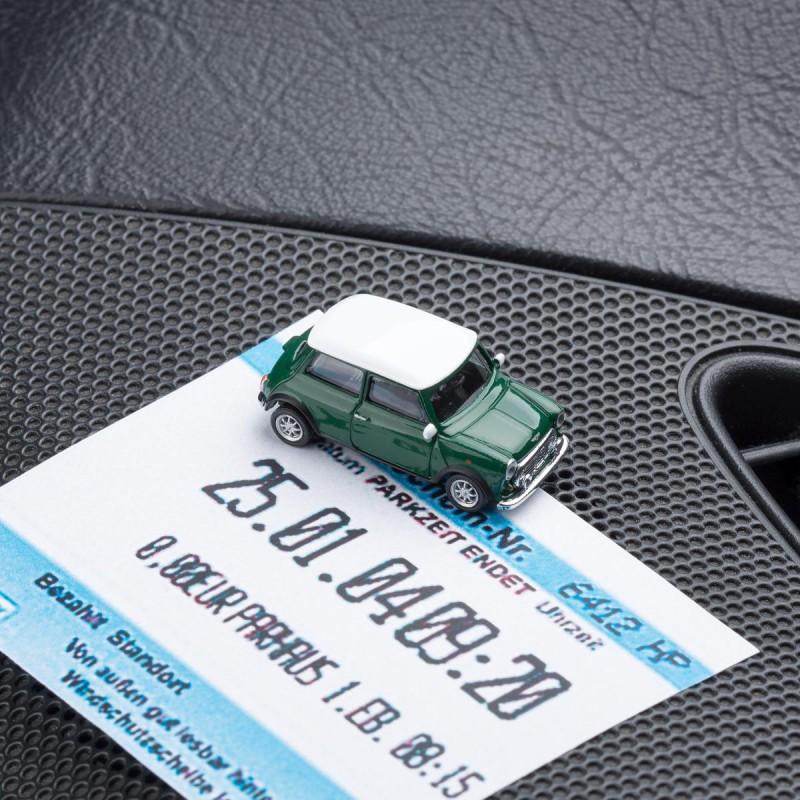 Magnetischer Parkscheinhalter Mini Cooper British Racing Green mit einem Parkschein auf einem Armaturenbrett – corpus delicti design Hamburg – Wir machen Geschenke