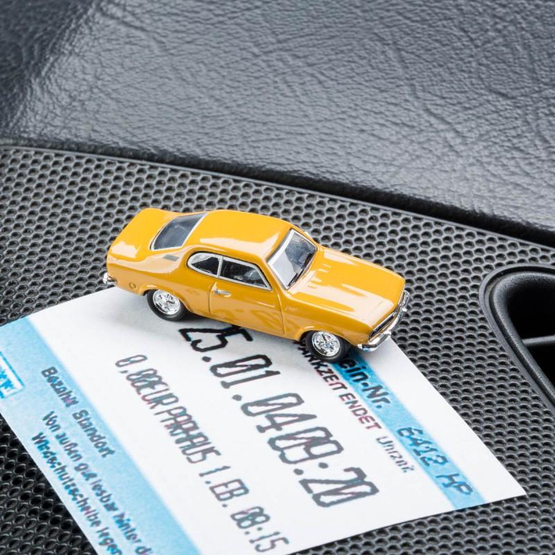 Magnetischer Parkscheinhalter Opel Manta A mit einem Parkschein auf einem Armaturenbrett – corpus delicti design Hamburg – Wir machen Geschenke