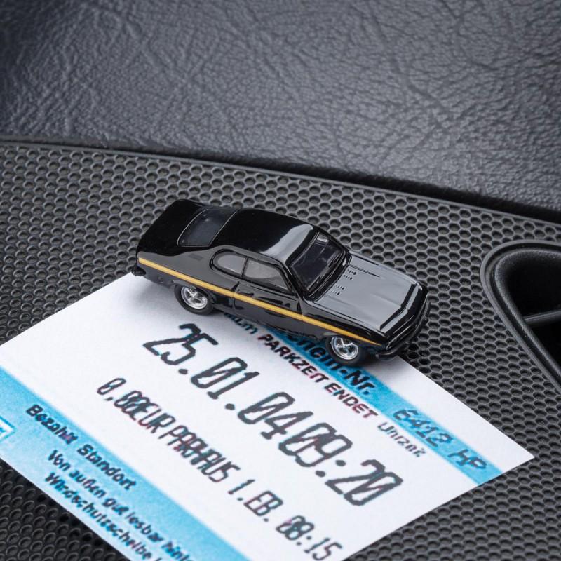 Magnetischer Parkscheinhalter Opel Manta A Black Magic mit einem Parkschein auf einem Armaturenbrett – corpus delicti design Hamburg – Wir machen Geschenke