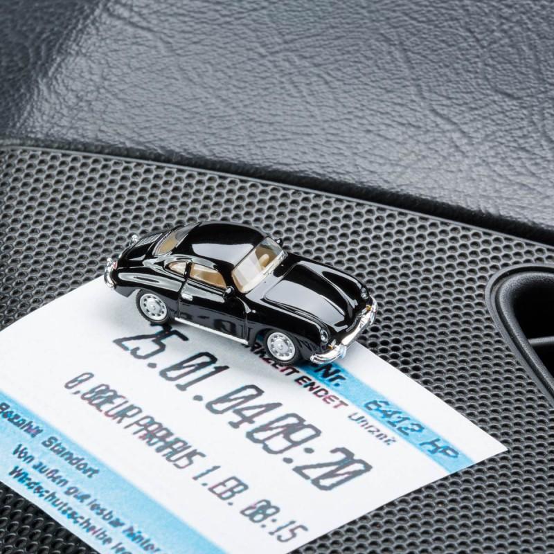 Magnetischer Parkscheinhalter Porsche 356 A mit einem Parkschein auf einem Armaturenbrett – corpus delicti design Hamburg – Wir machen Geschenke