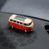 Magnetischer Parkscheinhalter Volkswagen VW Bus T1 Samba Bulli rot auf einem Armaturenbrett – corpus delicti design Hamburg – Wir machen Geschenke