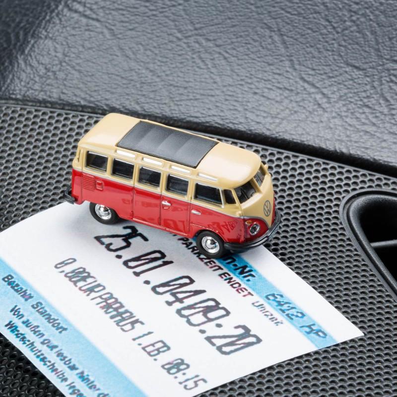 Magnetischer Parkscheinhalter Volkswagen VW Bus T1 Samba Bulli rot mit einem Parkschein auf einem Armaturenbrett – corpus delicti design Hamburg – Wir machen Geschenke