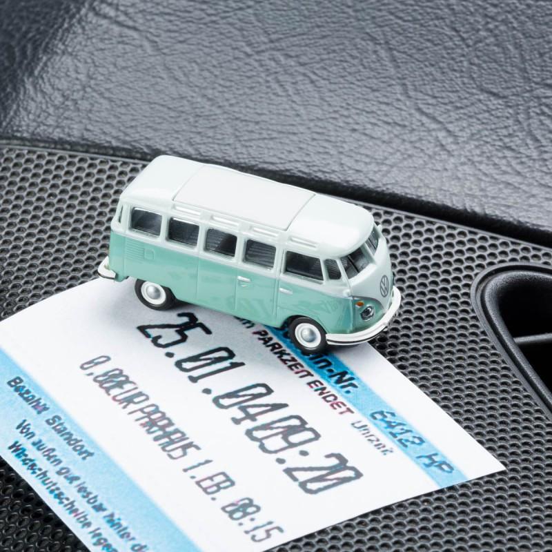 Magnetischer Parkscheinhalter Volkswagen VW Bus T1 Samba Bulli türkis mit einem Parkschein auf einem Armaturenbrett – corpus delicti design Hamburg – Wir machen Geschenke