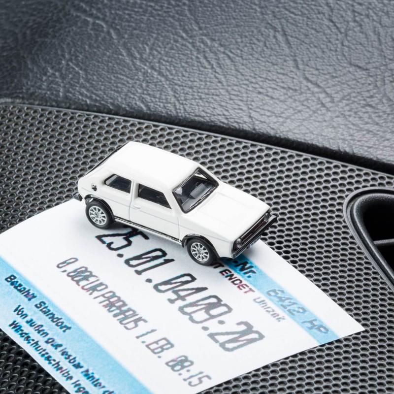 Magnetischer Parkscheinhalter VW Volkswagen Golf GTI I mit einem Parkschein auf einem Armaturenbrett – corpus delicti design Hamburg – Wir machen Geschenke