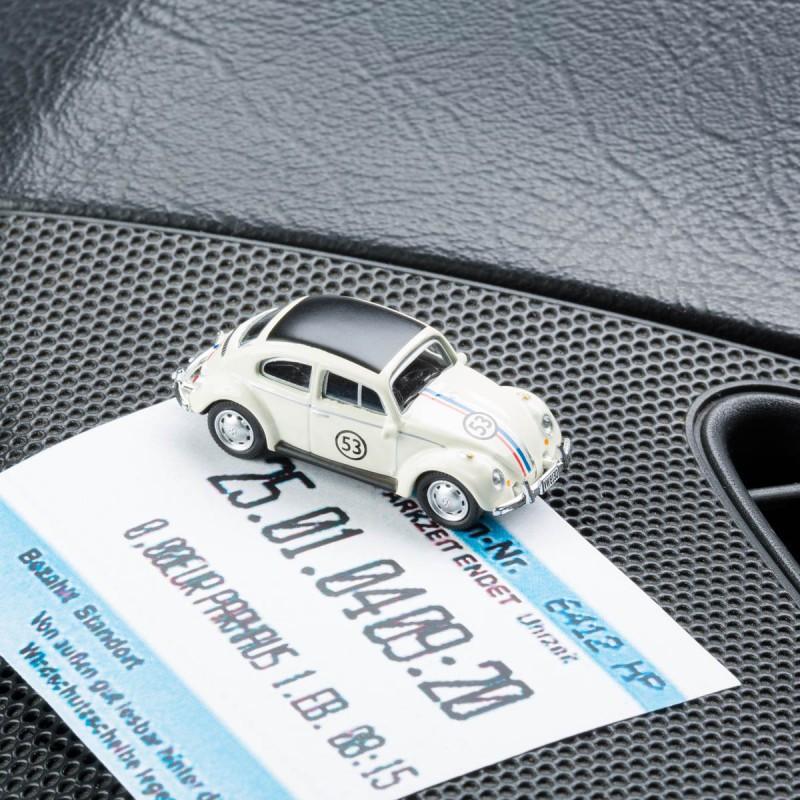 Magnetischer Parkscheinhalter VW Volkswagen Käfer Rallye mit einem Parkschein auf einem Armaturenbrett – corpus delicti design Hamburg – Wir machen Geschenke