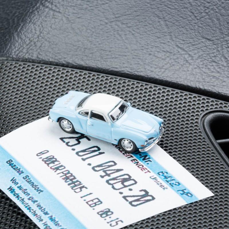 Magnetischer Parkscheinhalter VW Volkswagen Karmann Ghia mit einem Parkschein auf einem Armaturenbrett – corpus delicti design Hamburg – Wir machen Geschenke