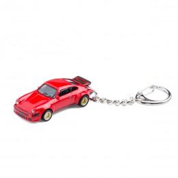 Schlüsselanhänger Porsche 934 RSR auf dem Tisch Ansicht schräg von vorn – corpus delicti design Hamburg – Wir machen Geschenke