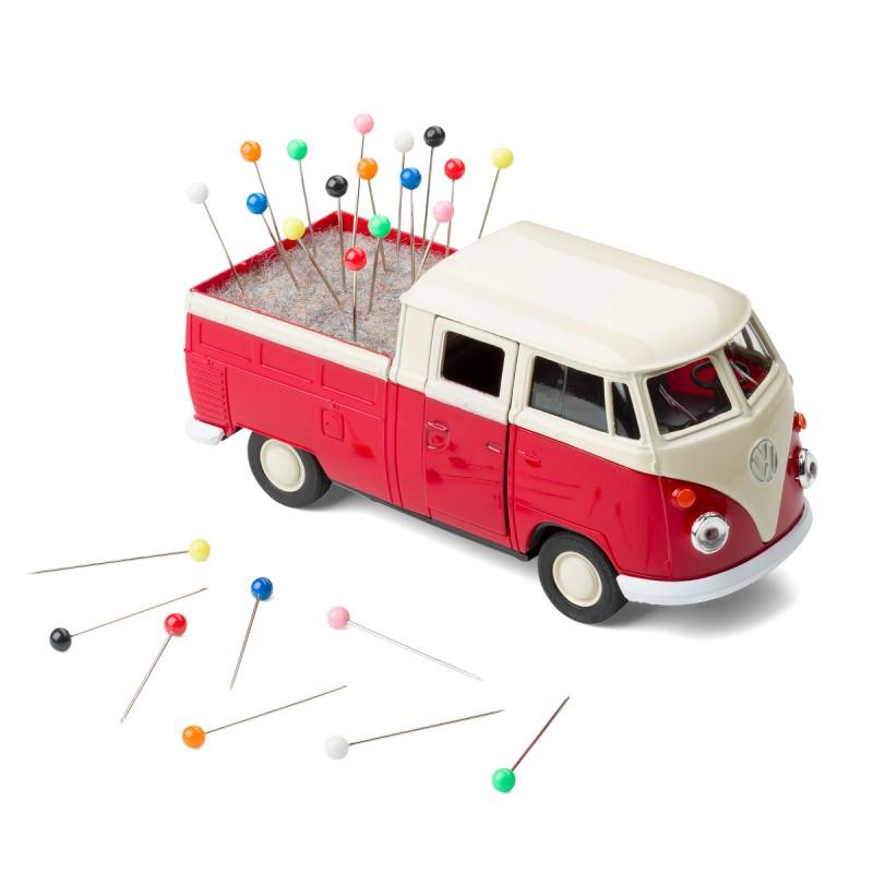 Nähmobil Nadelkissen VW Bus rot auf dem Tisch – corpus delicti design Hamburg – Wir machen Geschenke